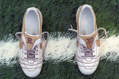 00f946fe082e2 Éste es el par de botas protagonistas del reportaje. Recién usadas por  Ronaldinho. Con