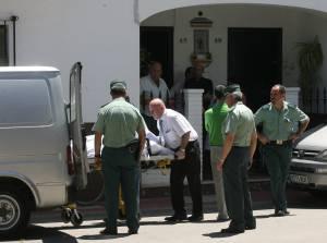 Miembros de los servicios funerarios sacan el féretro con el cuerpo sin vida del párroco de la localidad de Villafranca de Córdoba, que apareció hoy en su domicilio del municipio con evidentes signos de violencia.