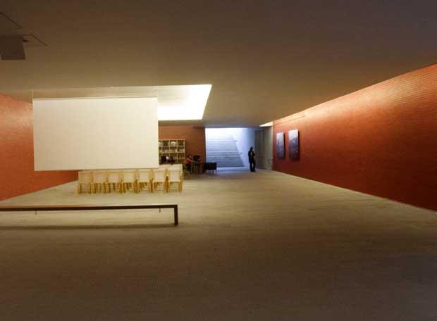 Oficina de turismo proyectada por lvaro siza edici n for Oficina turismo francia en madrid
