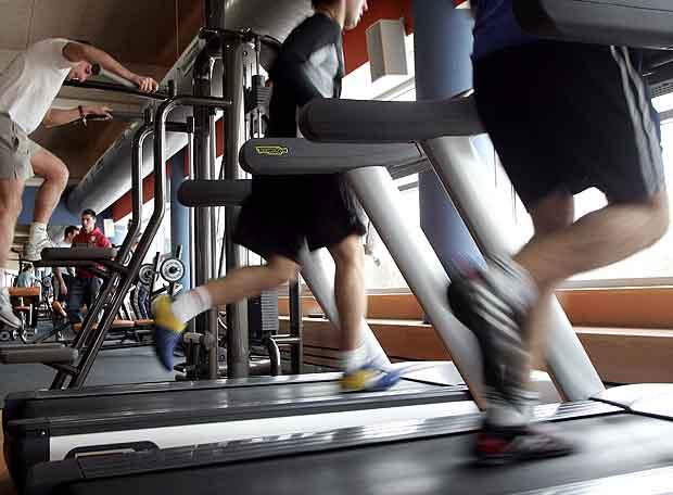 Varias personas haciendo ejercicio en un gimnasio edici n impresa el pa s - Gimnasio en alcobendas ...