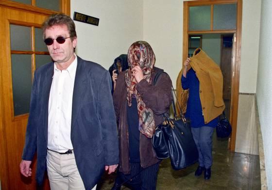 Dianna Ritter y unos familiares se cubren el rostro a su entrada en los juzgados de Palma de Mallorca el  11 de noviembre de 1997.