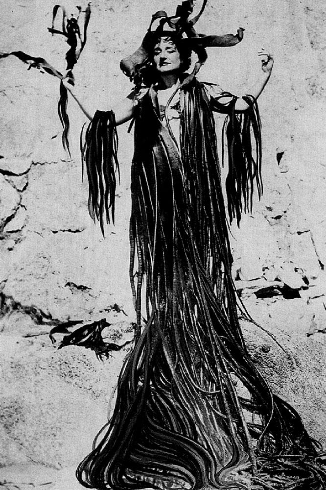 Maruja Mallo con manto de algas, fotografía retocada en 1945 por Mallo.