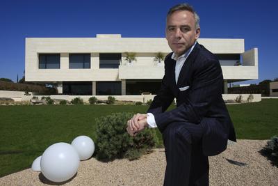 El Arquitecto Y Promotor Joaquín Torres En Un Chalé De La Finca, Donde  Viven Cristiano