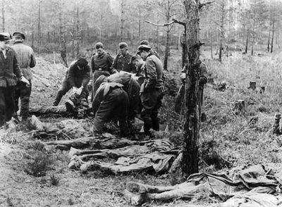 En el bosque de Katyn, próximo a Smolensk, se han descubierto numerosas fosas comunes con miles de cadáveres de polacos hechos prisioneros de guerra por los soviéticos. En su mayoria son oficiales del ejército polaco deportados a campos de concentración en la primavera de 1940, que fueron asesinados con un tiro en la nuca y enterrados unos sobre otros.
