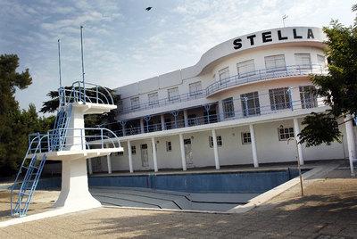 Un buque varado en la m 30 edici n impresa el pa s for Piscinas nudistas en madrid