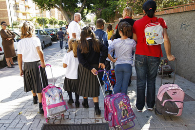 2729bc4cc176c Colegios concertados hacen negocio con los uniformes escolares ...