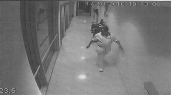 Joan Vila en una imagen de una cámara de seguridad del centro.