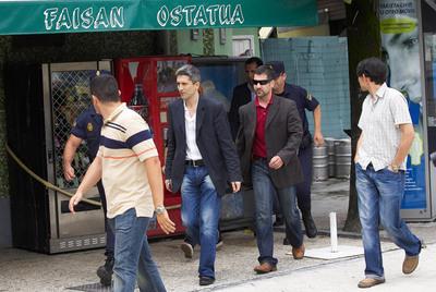 El juez Grande-Marlaska (tercero por la derecha), tras precintar el bar Faisán durante la operación contra ETA del 20 de junio de 2006.