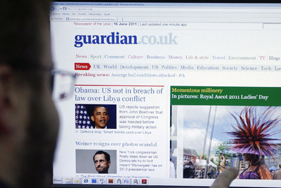 Un lector se informa en la web de  The Guardian .