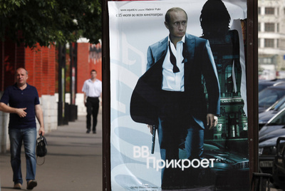 El cartel de Putin, caracterizado como James Bond.