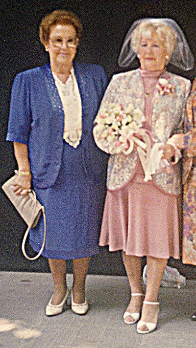 Josefa Cervantes, vestida de novia, con su amiga Dolores.