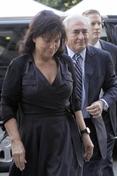 Dominique Strauss-Kahn y su esposa, Anne Sinclair, llegan al tribunal de Manhattan.