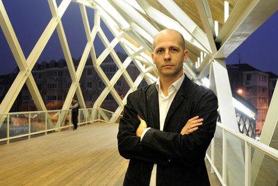 El Arquitecto Pedro Pablo Arroyo, Fundador De CA Group, Sobre Uno De Los  Puentes