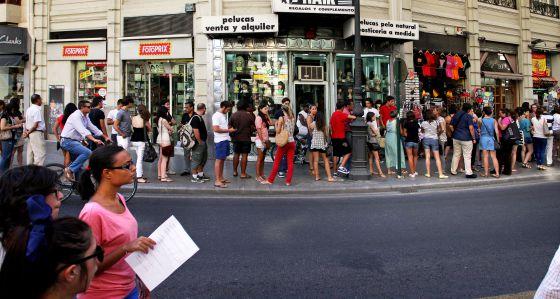 Cola de gente para inscribirse en cursos de alemán y emigrar a Alemania, el pasado verano en Valencia. / Tania Castro
