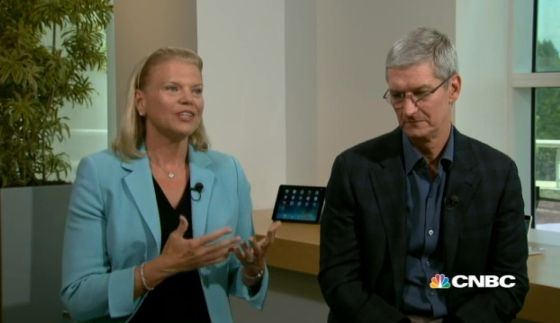 Tim Cook, consejero delegado de Apple, y Virginia Rometti, de IBM.