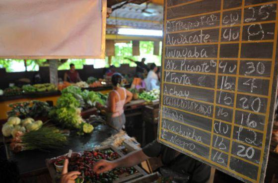 Una tabla de precios en un mercado de La Habana.