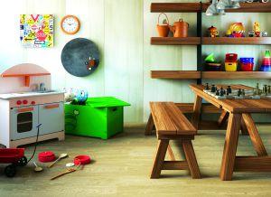 sobre el pavimento del garaje se ha colocado un suelo laminado que imita la madera