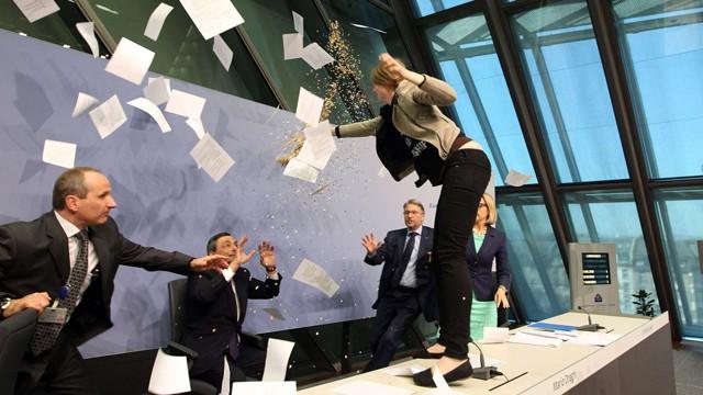 Ativista protesta contra Mario Draghi.