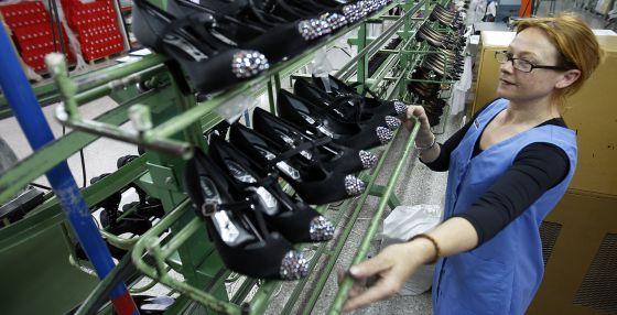 Una trabajadora en una fábrica de calzado de Monovar (Alicante).