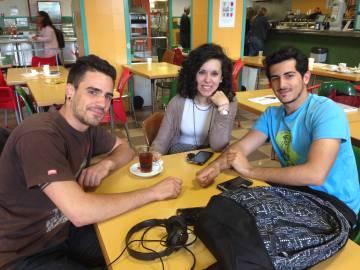 Daniel Ballesteros (i), María Iturzaeta y Daniel Figueras en la cafetería de la Facultad de Educación de la Complutense.