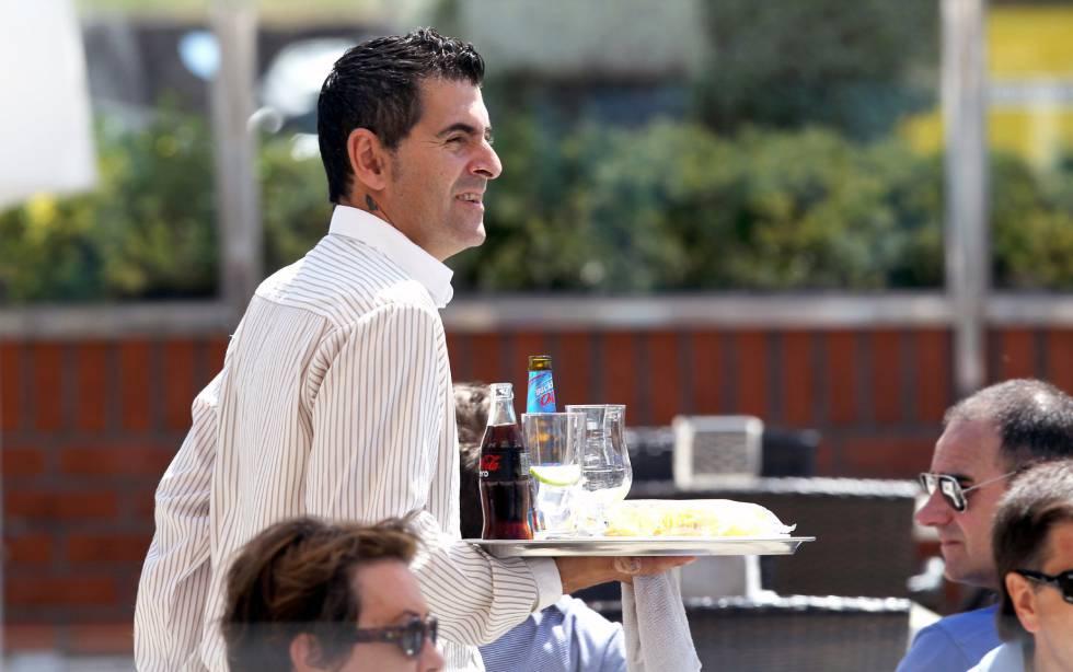 Un camarero en una terraza.