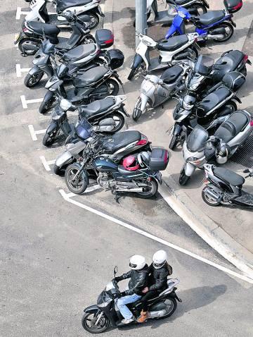 Motos estacionadas en una calle de Barcelona.
