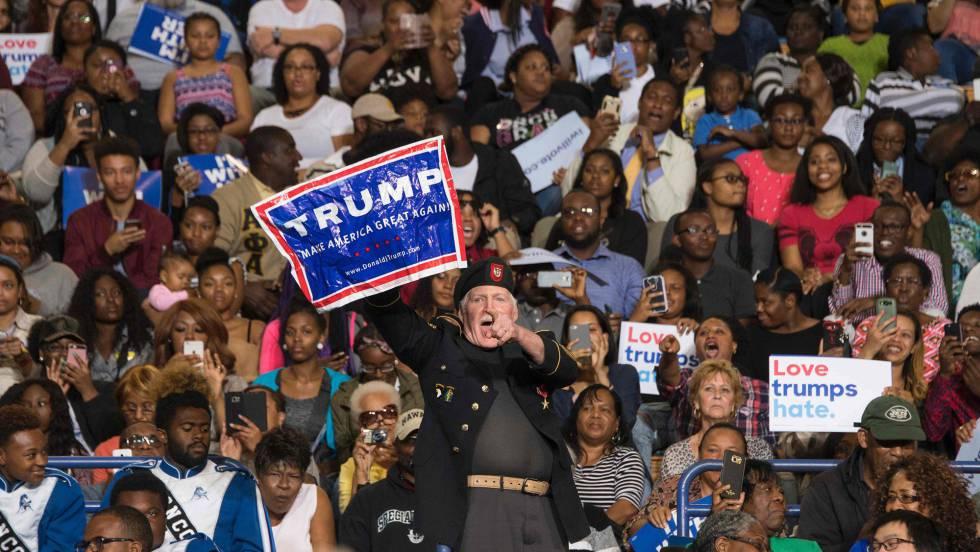 Simpatizante de Donald Trump protesta durante um ato de Barack Obama. VÍDEO: O presidente dos EUA responde ao manifestante.