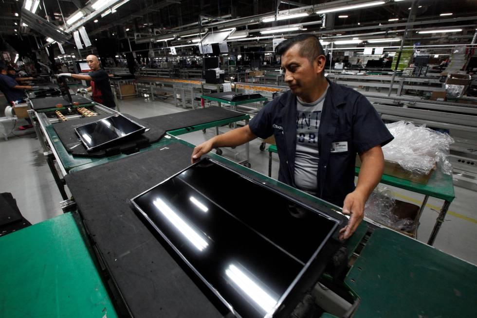 Un trabajador en una planta de televisores en Ciudad Juárez (México)