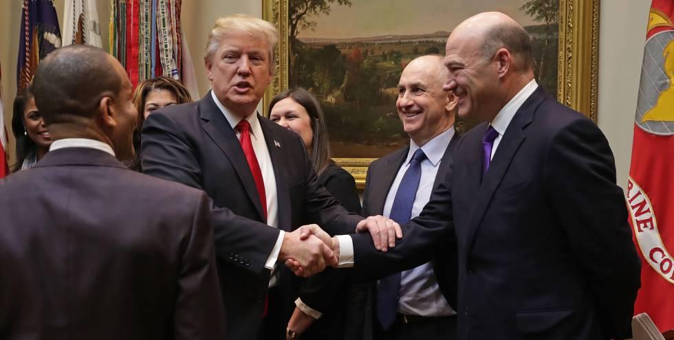 Donald Trump estrecha la mano de Gary Cohn, al que describió como un 'genio