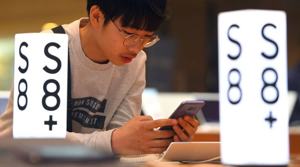 Un cliente surcoreano prueba el Galaxy S8 en la sede de Samsung. rn
