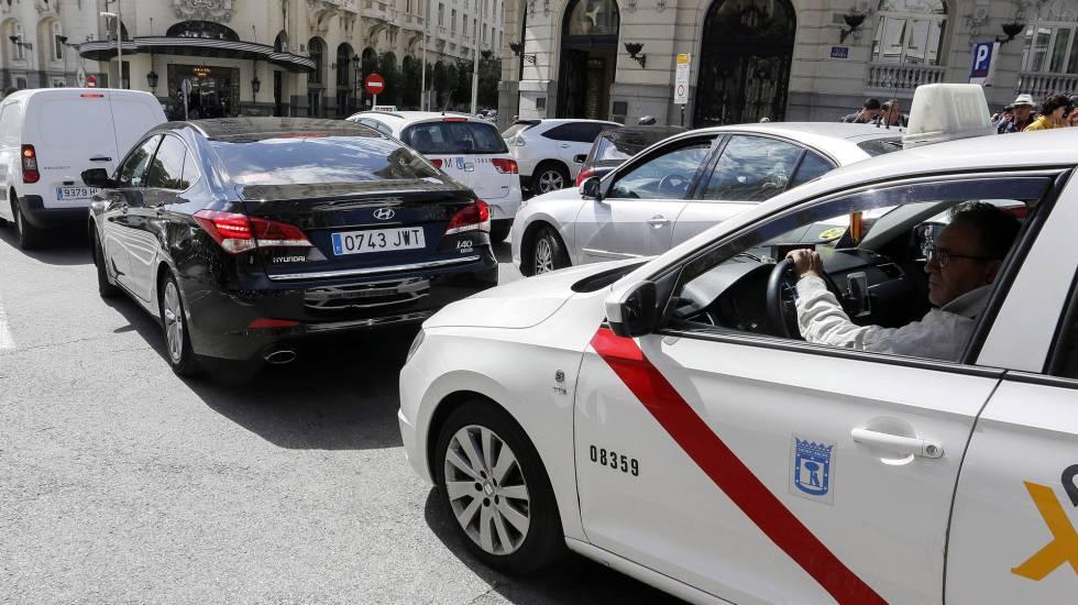 Taxis y vehículos de alquiler con conductor (VTC) coinciden en las calles de Madrid.