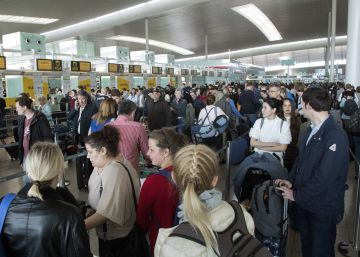 Security delays at Barcelona airport damaging city's tourism brand