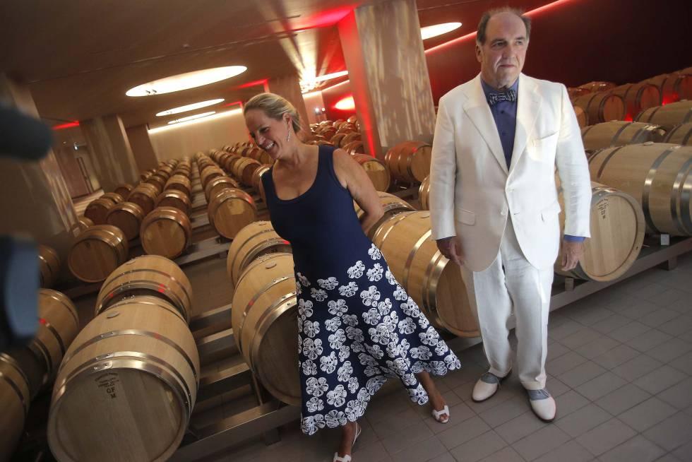 Ariane de Rothschild y Pablo Álvarez, en la sala de barricas de la bodega Macán.