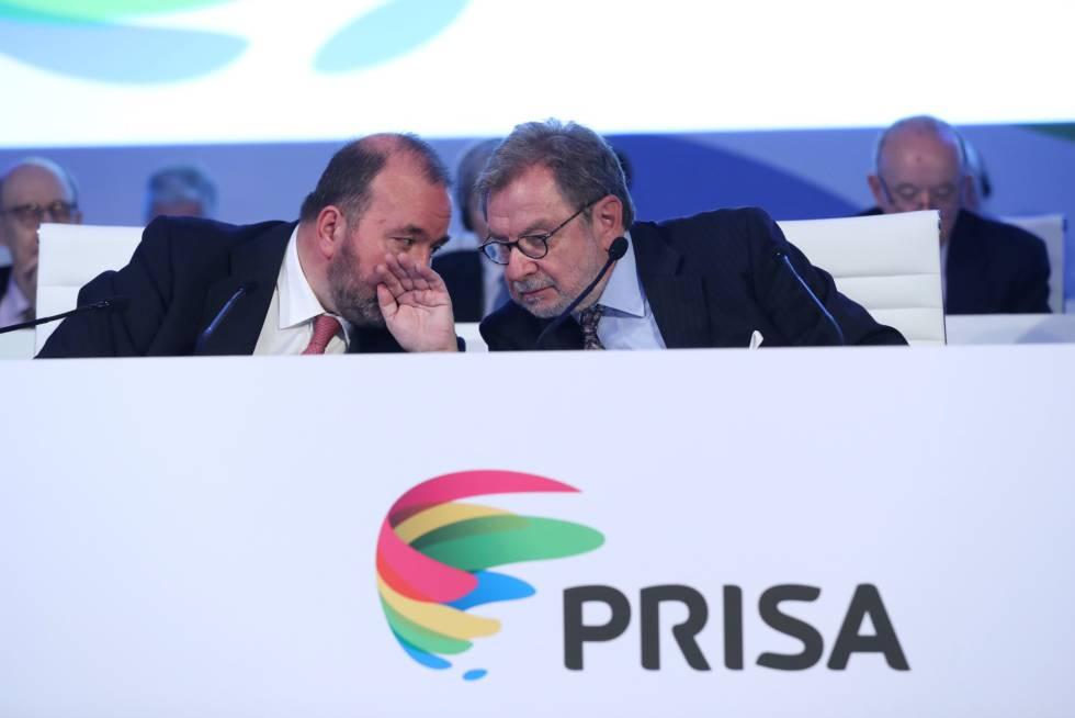 Juan Luis Cebrián, a la derecha, habla con José Luis Sainz en la junta de accionistas