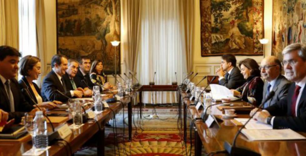 La vicepresidenta del Gobierno, Soraya Sáenz de Santamaría, y el ministro de Hacienda, Cristóbal Montoro, en la reunión celebrada con representantes de la FEMP.
