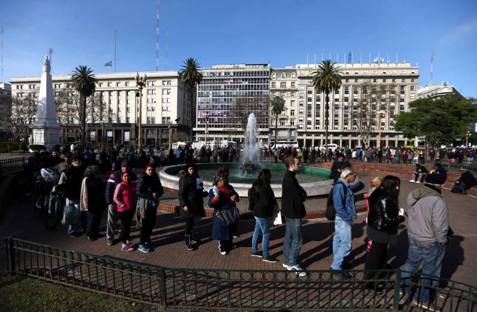 La fila se extendió por toda la plaza.