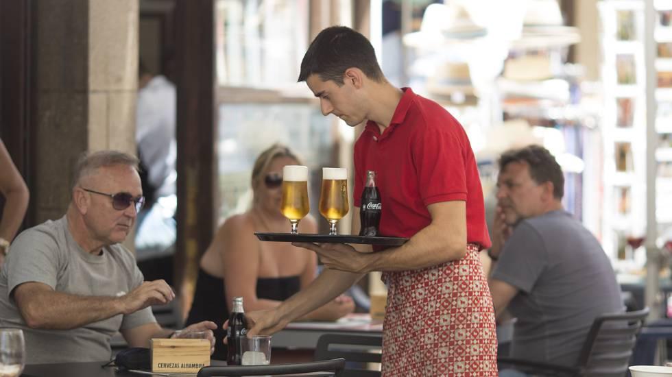 Un camarero atiende una mesa en un restaurante de la localidad malagueña de Ronda.
