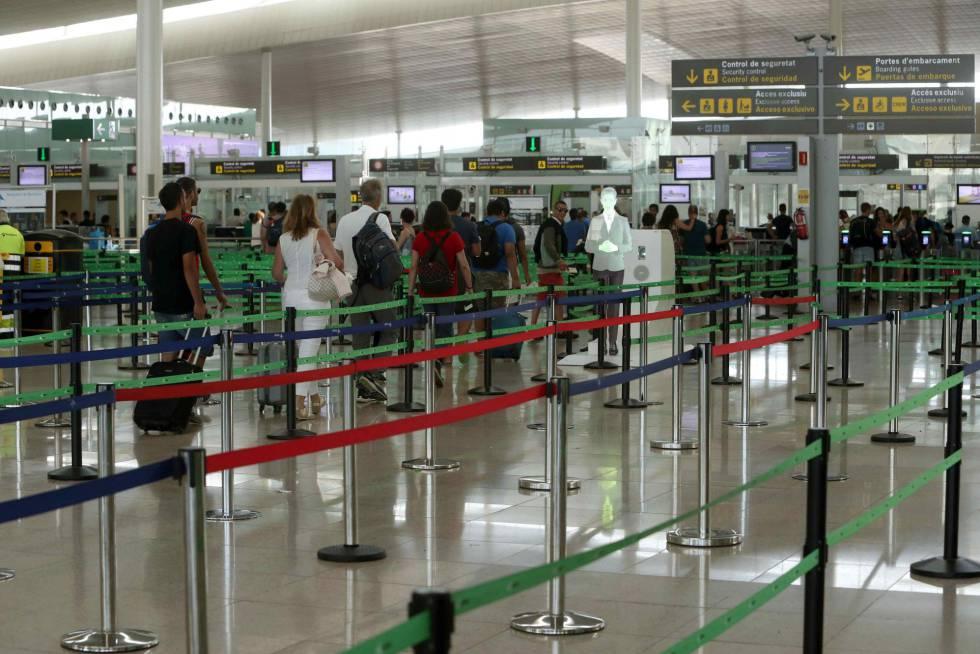 La zona de seguridad del aeropuerto de El Prat este martes