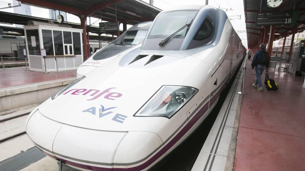 Tren AVE estacionado en la estacion de Chamartin, en Madrid.
