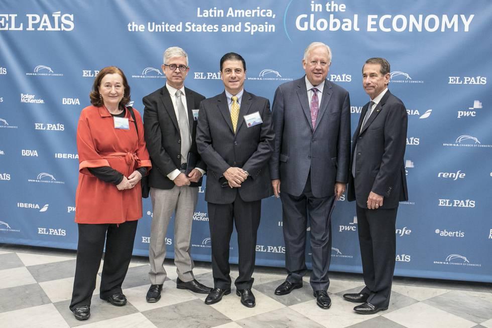 De izquierda a derecha, Petra Mateos (vicepresidenta de la Cámara de Comercio España-EEUU), Javier Moreno (PRISA), Gerónimo Gutiérrez (embajador de México en EE UU), Thomas Shannon (subsecretario de Asuntos Políticos del Departamento de Estado) y Alan D. Solomon (presidente de la Cámara de Comercio de Estados Unidos y España)