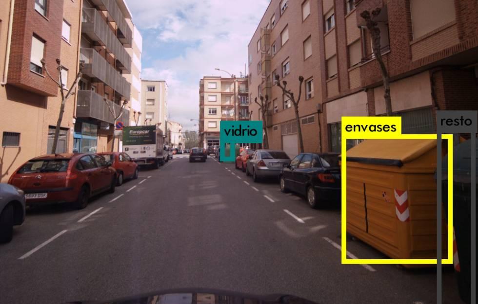 La red neuronal de Contenedor Go detecta un contenedor amarillo y otro verde en la calle.