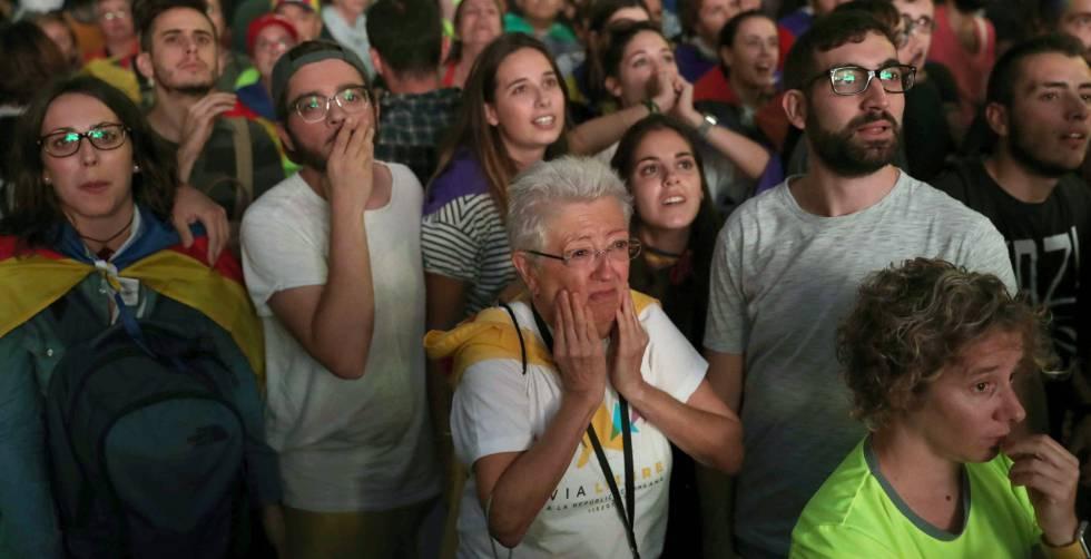 """Un grupo de manifestantes el martes cuando el president de la Generalitat, Carles Puigdemont, propuso """"suspender los efectos de la declaración de independencia"""""""
