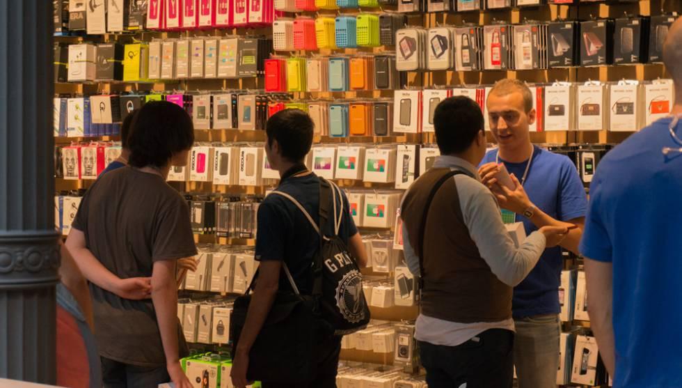 Un grupo de dlientes en la tienda de Apple en Madrid.