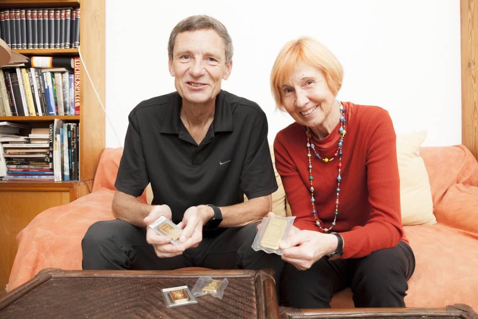 Una pareja alemana muestra sus lingotes de oro en su casa de Berlín.