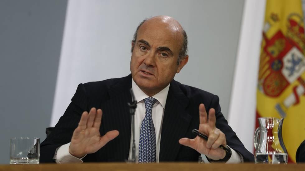 El ministro de Economía, Luis de Guindos, durante la rueda de prensa tras el Consejo de Ministros.