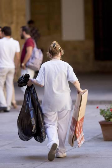 Una empleada de la limpieza en el Rectorado de la Universidad de Sevilla.