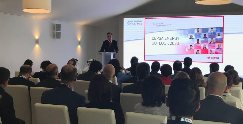 El vicepresidente ejecutivo de Cepsa, Pedro Miró, en la presentación en Abu Dabi de las perspectivas de la petrolera para 2030.