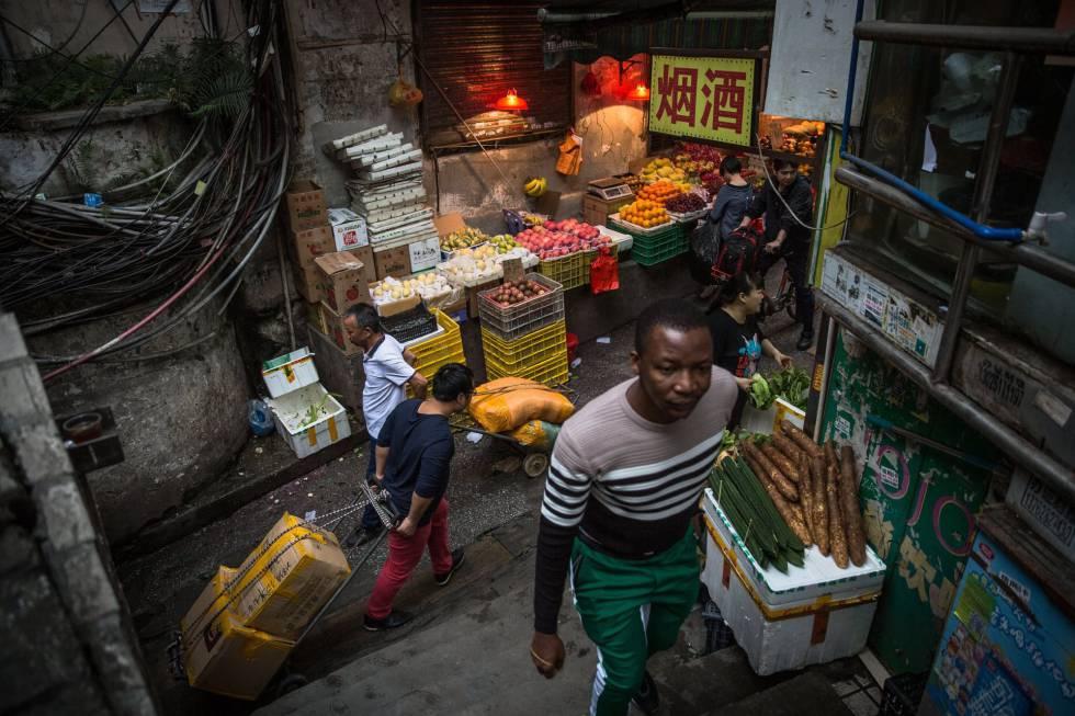 Un hombre en un mercado en el barrio de Sanyuanli, en Cantón (China)