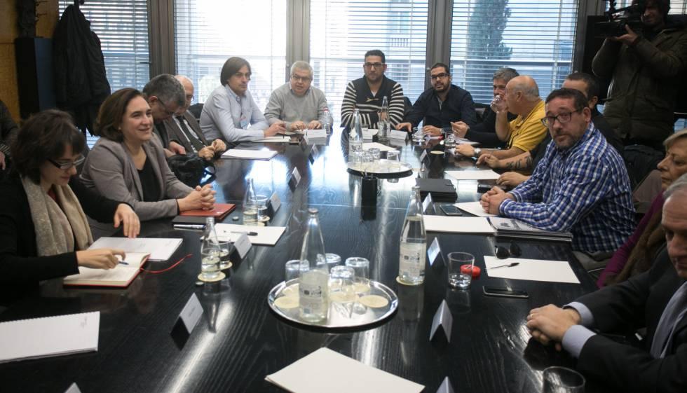 Colau y Vidal, con representantes del sector del Taxi