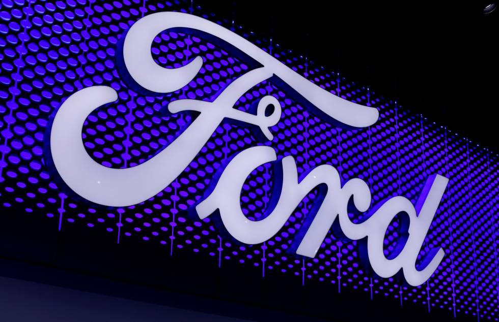 Un logo de Ford, en Los Ángeles.